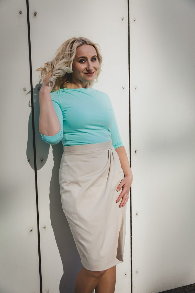 Sukňa z bavlneného saténu so záhybmi smotanovej farby